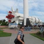Kathi vor einer Saturn IB Rakete